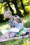 Бабушка читает книгу с внуком